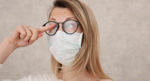 Tips Mencegah Kacamata Berembun Ketika Mengenakan Masker